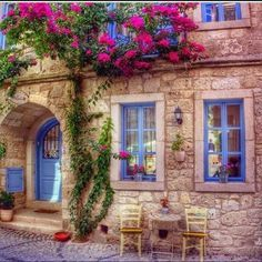 Places to see in Gaziantep are attracting more and more tourists each year. The city is in the western part of Turkey. Beautiful Buildings, Beautiful Homes, Beautiful Places, Beautiful Pictures, Stone Houses, Window Boxes, Windows And Doors, Beautiful Flowers, Scenery