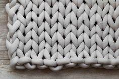 How To Easily Knit A Big Yarn Blanket – Big Knitting Blanket Big Yarn Blanket, Knot Blanket, Giant Knit Blanket, Chunky Blanket, Weighted Blanket, Easy Yarn Crafts, Jumbo Yarn, Arm Knitting, Knitting Kits