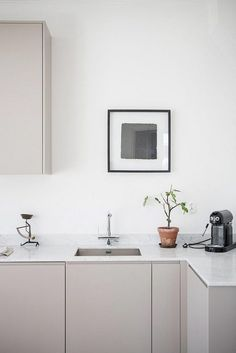 Stunning Minimalist Kitchen Design Trends - Page 27 of 71 Beige Kitchen, Green Kitchen, Küchen Design, Home Design, Design Ideas, Modern Country, Kitchen Furniture, Kitchen Decor, Kitchen Ideas