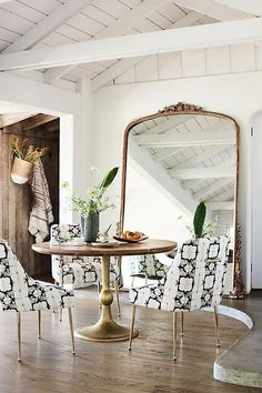 4 Tips for a Small Dining Space - Having a small dining space? No need to worry. These tips will help you create a beautiful and comfortable small dining space that doesn't feel cramped. Anthropologie Mirror, Living Room Designs, Living Room Decor, Rooms Ideas, Vintage Inspiriert, Amber Interiors, Foyer Decorating, Decorating Ideas, Decorating Websites