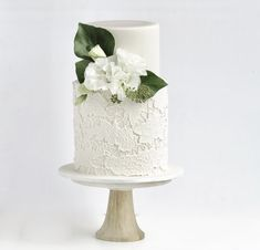 How stunning is this wedding cake?!?! In love with that lace detail