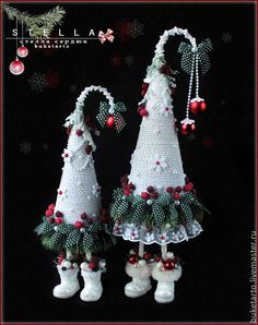 white and grey palette hanging Christmas decorations, sewing crafty Christmas ideas Christmas Makes, Christmas Art, Christmas Projects, Christmas Holidays, Handmade Christmas Decorations, Xmas Decorations, Christmas Arrangements, Theme Noel, Xmas Ornaments