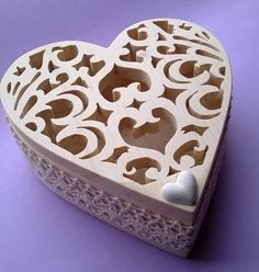 Scatola in legno portagioie cuore in legno massello di abete realizzato a mano di colore bianco (Cod. POR005)