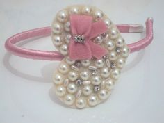 Linda Tiara flexível forrada com cetim rosa e coração com meia pérolas , strass e laço de veludo rosa. Um luxo.