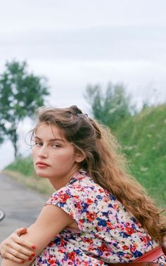 French actress and model Laetitia Casta on the set of TV Mini-Series La Bicyclette Bleue, based on the novel by Régine Deforges, and directed by Thierry Binisti. Laetitia Casta, Beauté Blonde, 90s Fashion, Fashion Models, French Actress, Girl Inspiration, Aesthetic Photo, Mannequins, Pretty Face