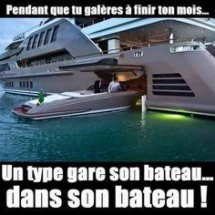 Pendant que tu galère à finir ton mois un type gare son bateau dans son bateau !