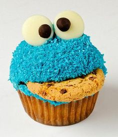 Cookie monster cupcakes with chocolate chip cookies and frosting. Cute dessert for kids' birthday parties! Festa Cookie Monster, Cupcake Original, Cupcakes Bonitos, Yummy Treats, Sweet Treats, Cookie Monster Cupcakes, Monster Cakes, Cute Cupcakes, Amazing Cupcakes