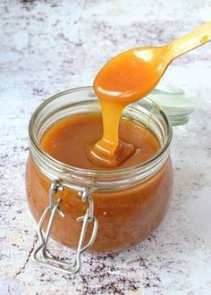 230 gram boter 300 gram lichtbruine basterdsuiker 250 ml slagroom 2 tl vanille extract Dutch Recipes, Sweet Recipes, Baking Recipes, Cake Filling Recipes, Dessert Recipes, Caramel Bonbons, Caramel Dip, Kreative Desserts, Homemade Caramel Sauce
