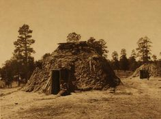 An early Navajo hogan is a small building made of wood and clay. Long ago, Dine or Navajo people lived in hogans and used them for sweat baths. Native American Men, North American Tribes, American History, Navajo People, My Fantasy World, Native Indian, Before Us, First Nations, Old Photos