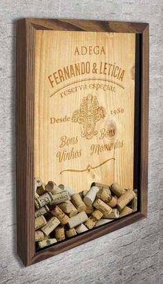 Quadro para Rolhas para personalizar - Adega  Neste elegante quadro, o fundo tem uma imagem que simula a tampa de uma caixa de vinho feita de madeira (muito usada por vinícolas européias). O texto e a arte são reproduzidos como se fossem marcados a fogo na madeira, com textura e relevo.  Você pode personalizar com o nome de uma pessoa, ou com os nomes de um casal, assim como o ano comemorativo.   #quadropararolhas  #vinho  #portarolhas  #espaçogourmet  #wine  #quadronovo