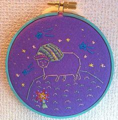星の王子様小さな星の中に一人、ということを時折考えます直径12センチ。刺繍枠にはめたフェルトを台に刺繍糸で絵を描いています。壁にぽんと引っ掛けて飾れます。|ハンドメイド、手作り、手仕事品の通販・販売・購入ならCreema。