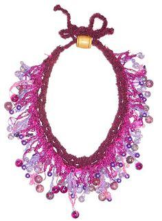 Collar en hilos Textil Amazonas con cuentas en tonos rosados y lilas