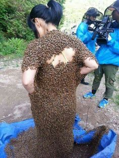 Mujer cubierta de abejas