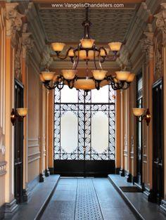 www.VangelisChandeliers.com Przykład klasycznej elegancji to lampa Alexandros. W pięknie odlanych mosiądzach i wyciosanych alabastrowych kielichach dostrzec można renesansowe proporcje i smak. Specyfika materiału – najwyższej jakości alabastru – podkreśla klasyczny wygląd lampy Alexandros.