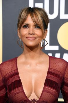 50 Must-Try Long, Layered Hairstyle Ideas for Your Next Blowout - Halle Berry Hair – Annual Golden Globe Awards – Arrivals - Pelo Halle Berry, Estilo Halle Berry, Halle Berry Style, Halle Berry Hot, Halle Berry Hairstyles, Layered Hairstyles, Celebrity Hairstyles, Bride Hairstyles, Halle Berry Bikini