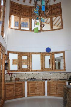Diseño y construcción de la Casa Calvo ubicada en el municipio del Carmen de Apicalá en el departamento del Tolima por Zuarq Arquitectos. Rattan, Wicker, Bamboo House Design, Campervan Interior, Cabins In The Woods, Projects To Try, Landing, Furniture, Decor Ideas