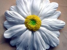 Polymer clay daisy. There is a picture tute as well as verbage. Nice way to make ridges in petals. (Translate) #Polymer #Clay #Flowers