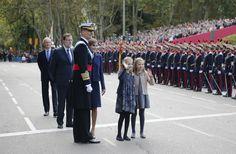 Los Reyes presiden el desfile de la Fiesta Nacional junto a sus hijas - Foto 2