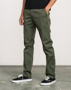 Vintage Outfits Discover Week-end Stretch Pants Green Pants Men, Green Pants Outfit, Smart Casual Menswear, Men Casual, Olive Pants, Olive Chinos, Gents Shirts, Stylish Mens Outfits, Men Style Tips