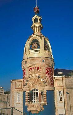 XXe siècle : la survivante des deux tours des usines LU à Nantes, achevée en 1909.