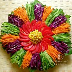 The wonderful presentation of health in your hands - Food Carving Ideas Veggie Platters, Veggie Tray, Food Platters, Deco Fruit, Salad Design, Creative Food Art, Fruit And Vegetable Carving, Food Carving, Food Buffet