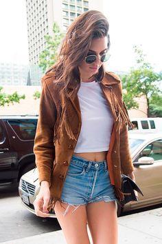 Street style look Kendall Jenner baby look, shorts e jaqueta marrom franjas.
