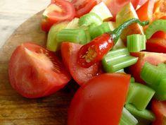 Een lekker spicy sapje dat bomvol vitamines zit. En de tomaten zijn nu, aan het eind van de zomer, op z'n best!  | http://degezondekok.nl