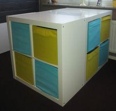 3 Expedit kasten van Ikea tegen elkaar aan, en voila, opbergruimte én een tafel waaraan je makkelijk je was kan opvouwen!