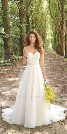 White wedding dress. All brides think of having the most suitable wedding ceremony, but for this they need the best bridal dress, with the bridesmaid's dresses complimenting the brides-to-be dress. Here are a number of suggestions on wedding dresses.