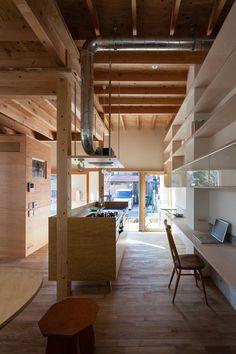 (photo : Shigeo Ogawa) 専門家:阿曽芙実が手掛けた、土間より明るい光の差し込むキッチン(『MORI』木の温もり感じる絵本の中の家)の詳細ページ。新築戸建、リフォーム、リノベーションの事例多数、SUVACO(スバコ)