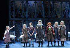 Orphan and Annie in Annie de Musical
