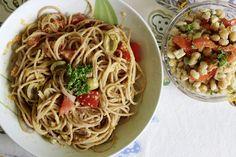Johanna begeistert mich diese Woche mit ihren Vollkornspaghetti mit Tomaten-Zucchini-Pesto und dem Salat aus Kichererbsen und weißen Bohnen - sieht wirklich hervorragend aus!
