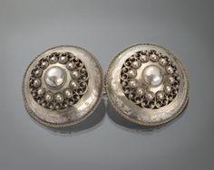 Zilveren broekstukken, gedragen door jongens en mannen op Zuid-Beveland. De broekstukken zijn vervaardigd in 1906. #Zeeland #ZuidBeveland