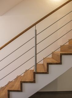 Railing with horizontal stainless steel bars and wooden handrail. # steel railing # stair railing # wooden handrail # stair builder Best Picture For Stairs ideas For Your Taste You are looking for som Stairway Railing Ideas, Wooden Staircase Railing, Interior Stair Railing, Rustic Staircase, Stair Railing Design, Steel Railing, Stair Handrail, Stairs Trim, House Stairs