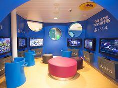Perheen pelaajat viihtyvät uudistetussa Playstation-peliloungessa, Silja Serenade.