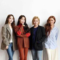 Moonbyul, solar, hwasa y wheein South Korean Girls, Korean Girl Groups, Wheein Mamamoo, Solar Mamamoo, Kpop Girls, Cool Girl, Rain Jacket, Windbreaker, Female