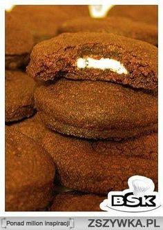 Czekoladowe ciasteczka z niespodzianką w środku Składniki:  140g masła 140g cukru pudru 2 żółtka 255g mąki 30g kakao  tabliczka białej czekolady   Do miski wrzucamy masło i cukier puder. Ucieramy na gładką masę. Dodajemy żółtka i dokładnie wszystko mieszamy. Następnie dodajemy mąkę i kakao i wyrabiamy ciasto. Wkładamy je na chwilę do lodówki, a w tym czasie nastawiamy piekarnik na 190ºC.  Wyciągamy ciasto z lodówki, rozwałkowujemy cienko i wycinamy okrągłe ciasteczka, żeby wyszła ich…