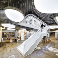 Librería Carturesti Carusel, Bucarest, por Square One Retail Interior Design, Interior Design Magazine, Interior And Exterior, Modern Staircase, Retail Space, Ceiling Design, Store Design, Mall Design, Architecture Design