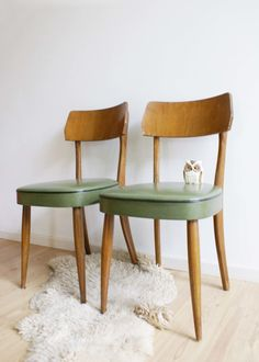 2 vintage stoelen met groen skai-leer. Houten stoel, herbergstoel/caféstoel