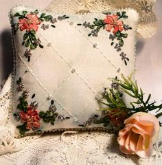 Notice: Undefined variable: capt in /usr/www/users/dicraf/Plogger/plog-content/themes/softer/picture.php on line 28 Pillow Embroidery, Embroidery Stitches, Embroidery Patterns, Hand Embroidery, Ribbon Embroidery Tutorial, Silk Ribbon Embroidery, Lace Beadwork, Ribbon Art, Ribbon Flower