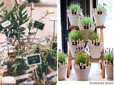 Un plan de table dans des pots à fleurs