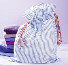 Mit diesem praktischen Wäschesack sind Unterwäsche und Socken im Reisegepäck sofort griffbereit und sicher geschützt, zum Beispiel vor gefährlichen Klett- und Reißverschlüssen. Unsere Anleitung mit ausführlicher Materialliste erklärt dir Schritt für Schritt, wie's gemacht wird.