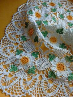 Doily with daisies Vintage Crochet Doily Pattern, Granny Square Crochet Pattern, Crochet Squares, Crochet Motif, Crochet Doilies, Crochet Flowers, Crochet Stitches, Crochet Patterns, Crochet Afghans