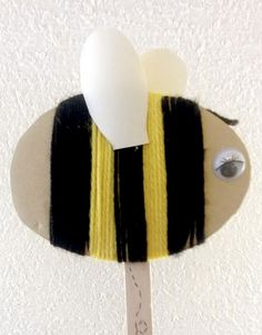 diy cardboard and yarn bee Yarn Crafts For Kids, Bug Crafts, Spring Crafts For Kids, Craft Projects For Kids, Arts And Crafts Projects, Diy For Kids, Crafts To Make, Yarn Bee, Diy Cardboard