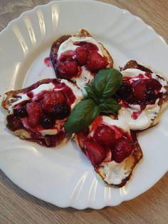 Lievance  cesto:  kokos 4 PL tvaroh 3 vajcia kypr.prášok sladidlo na povrch tvaroh, jogurt alebo zakysaná smotana Lesné ovocie  z bielkov ušľaháme sneh zo žĺtkov, tvarohu, kypr. prášku a sladidla základ na cesto, pridáme kokos. Vypražíme Sneh, Healthy Food, Healthy Recipes, French Toast, Law, Low Carb, Breakfast, Healthy Foods, Morning Coffee