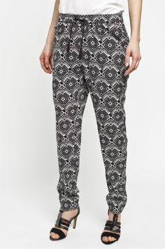 Spodnie we wzorek z czarnymi frędzlami przy pasku to idealny wybór na lato Parachute Pants, Pajama Pants, Pajamas, Fashion, Pjs, Moda, Fashion Styles, Pajama, Fasion