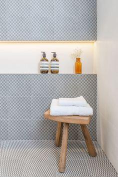Contraste perfeito entre o nicho branco e os azulejos.