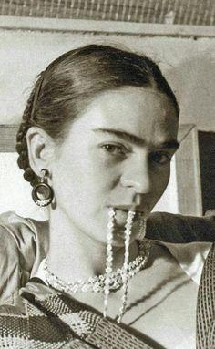 Seductora y consciente de su sexualidad-/ Frida Kahlo collar