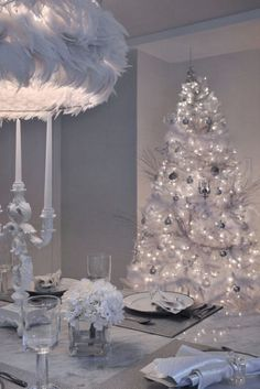 34 Beautiful Christmas Dining Room Decor Ideas You Never Seen Before White Christmas Trees, Silver Christmas, Elegant Christmas, Christmas Colors, Beautiful Christmas, Christmas Home, Christmas Mantles, Christmas Villages, Victorian Christmas