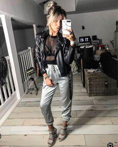 Camille Callen usa calça jogger + blusa com transparência + jaqueta de couro